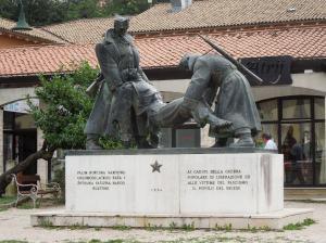 Im Vergleich zum italienischen Kriegerdenkmal wird hier der Tod im Kampf gegen Nazideutschland weniger heldenhaft. Das Leiden steht im Vordergrund.
